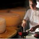 Käser am Fondue Hausmischung kochen